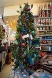 Bożenarodzeniowy Wakacyjny Drzewny pokaz przy sklepem detalicznym Zdjęcie Royalty Free