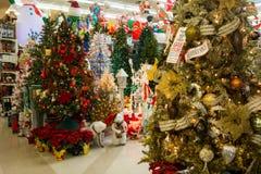 Bożenarodzeniowy Wakacyjny Drzewny pokaz przy sklepem detalicznym Obraz Stock
