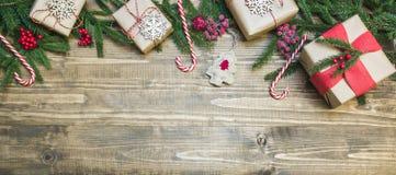 Bożenarodzeniowy wakacyjny sztandar prezenty, uświęcone jagody i dekoracja na drewnianej desce -, dodatkowy karcianego formata wa zdjęcia royalty free