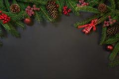 Bożenarodzeniowy wakacyjny tło drzewo, prezenty, uświęcone jagody i dekoracja na czarnym chackboard -, Wakacje karta z kopii prze fotografia stock
