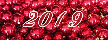 Bożenarodzeniowy wakacyjny tło z nowym rokiem, dekoracjami i ornamentami na czerwień stole 2019, Odgórny widok od above Mieszkani zdjęcia stock