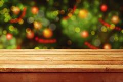 Bożenarodzeniowy wakacyjny tło z pustym drewnianym pokładu stołem nad świątecznym bokeh Przygotowywający dla produktu montażu Obrazy Stock