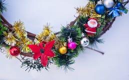 Bożenarodzeniowy wianek dekorujący z jedlin piłkami i zabawkami, świecidełko Zdjęcia Stock