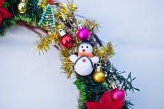 Bożenarodzeniowy wianek dekorujący z jedlin piłkami i zabawkami, świecidełko Zdjęcie Stock