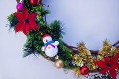 Bożenarodzeniowy wianek dekorujący z jedlin piłkami i zabawkami, świecidełko Zdjęcia Royalty Free