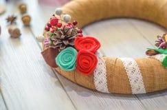 Bożenarodzeniowy wianek i tasiemkowy łęk na drewnianej deski tle Obraz Royalty Free