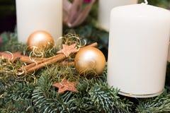 Bożenarodzeniowy wianek od świeżych zielonych jedlinowych gałąź dekorować z złotą gwiazdą ornamentuje baubles cynamonowych kijów  obraz stock
