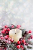 Bożenarodzeniowy wianek od czerwonych jagod, drzewa i rożków, Obrazy Stock