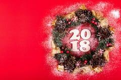 Bożenarodzeniowy wianek, Wakacyjny skład 2018 na Czerwonym tle Odgórny widok Obrazy Stock