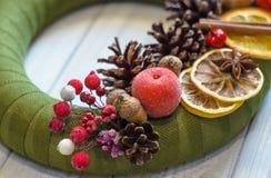 Bożenarodzeniowy wianek z cynamonem, rożkiem i wysuszoną pomarańcze, Obraz Stock