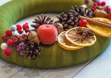 Bożenarodzeniowy wianek z cynamonem, rożkiem i wysuszoną pomarańcze, Fotografia Stock