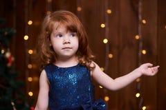 Bożenarodzeniowy wnętrze piękna dziewczyna trochę ubierz się maike blue Zdjęcia Stock