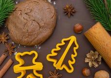 Bożenarodzeniowy wypiekowy miodownik, tło: ciasta, mąki i ciastka krajacze, Obraz Royalty Free
