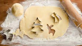 Bożenarodzeniowy wypiekowy tło z ciasta i ciastka krajaczami Fotografia Royalty Free
