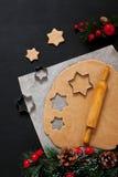 Bożenarodzeniowy wypiekowy tło z ciastem i gwiazda kształtujemy ciastka cięcie obraz stock