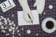 Bożenarodzeniowy wystrój na woolen koc Kobieta w trykotowych mitynkach pisze liście dla Santa karciany ilustraci wektoru xmas Now zdjęcia stock
