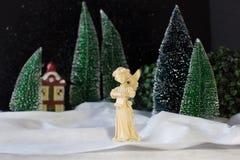 Bożenarodzeniowy wystrój sceny anioł śpiewa Bożenarodzeniową piosenkę Zdjęcia Royalty Free