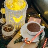 Bożenarodzeniowy wystrój z gorącej czekolady teraźniejszością, cukierek trzcinami i jodłą, Obrazy Royalty Free