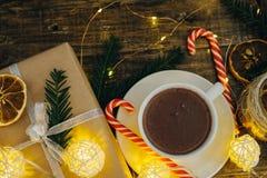 Bożenarodzeniowy wystrój z gorącej czekolady teraźniejszością, cukierek trzcinami i jodłą, Zdjęcie Stock