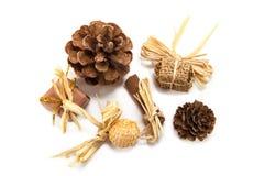 Bożenarodzeniowy wystrój z sosnowymi rożkami, cynamonem i cukierkami, zdjęcie stock