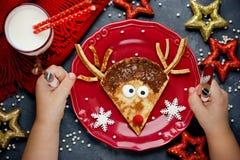 Bożenarodzeniowy zabawy jedzenie dla dzieciaków Reniferowy blin dla śniadania Zdjęcie Royalty Free