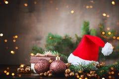 Bożenarodzeniowy zimy tło, stół dekorujący z jodeł gałąź i dekoracje, szczęśliwego nowego roku, wesołych Świąt zdjęcia royalty free