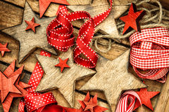 Bożenarodzeniowych dekoracj drewniane gwiazdy i czerwony faborku rocznika ornam Zdjęcia Royalty Free