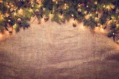 Bożonarodzeniowe światła dekoraci tło nad bieliźnianym płótnem Odgórny widok Fotografia Stock