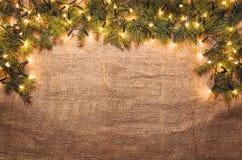 Bożonarodzeniowe światła dekoraci tło nad bieliźnianym płótnem Odgórny widok Zdjęcie Stock