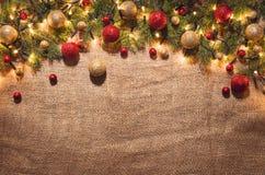 Bożonarodzeniowe światła dekoraci tło nad bieliźnianym płótnem Odgórny widok Zdjęcia Stock