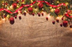 Bożonarodzeniowe światła dekoraci tło nad bieliźnianym płótnem Odgórny widok Obraz Royalty Free