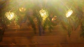 Bożonarodzeniowe światła i ornamenty na gałąź choinka na ciemnym drewnianym tle obraz stock