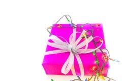 Bożonarodzeniowe światła i pakujący prezent na białym tle Zdjęcie Stock