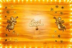 Bożonarodzeniowe światła obramiają na złotym drewnianym tle z kopii przestrzenią obraz stock