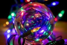 Bożonarodzeniowe Światła Przez Szklanego ornamentu fotografia royalty free