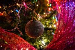 Bożonarodzeniowe światła towarzyszy dekorację na drzewie obraz stock