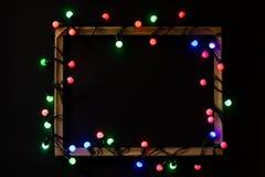 Bożonarodzeniowe światła w ramie na czarnym tle Wakacyjny czas zdjęcie royalty free