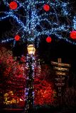 Bożonarodzeniowe światła wszystko wokoło mosta, drzewa, podpisują przy nocą, poczta domy i światła zdjęcie stock