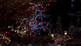 Bożonarodzeniowe światła wszystko wokoło mosta, drzewa, podpisują przy nocą, poczta domy i światła fotografia stock