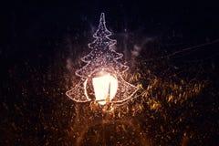 Bożonarodzeniowe światła z choinką robić dowodzony światło z spada śniegiem zdjęcie stock