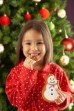 bożych narodzeń ciastka łasowania przodu dziewczyny drzewo Obraz Royalty Free