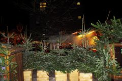bożych narodzeń Germany rynek Sprzedaż choinka na wieczór ulicie fotografia royalty free