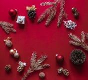 Bożych Narodzeń i nowego roku na czerwonej malinki tle dekoracje i ozłacać gałąź choinka Fotografia Royalty Free