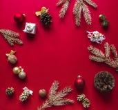 Bożych Narodzeń i nowego roku na czerwonej malinki tle dekoracje i ozłacać gałąź choinka Zdjęcie Royalty Free