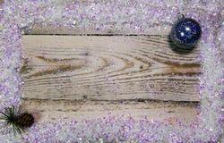 bożych narodzeń pojęcia nowy rok drewniana deska w ramie genialne sztuczne śniegu i nowego roku ` s piłki, Odgórny widok, mieszka Zdjęcia Royalty Free