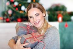 bożych narodzeń prezentów szczęśliwa kobieta zdjęcia royalty free