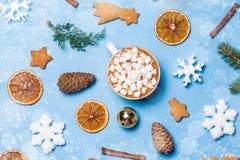 Bożych Narodzeń wciąż życie: filiżanka gorąca czekolada lub kakao z murshmallows i imbirowymi ciastkami Odgórny widok, mieszkanie obraz royalty free
