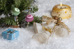 Bożych Narodzeń wciąż życie z świeczką, dzwonami, prezentem i głównymi atrakcjami w tle, Obrazy Stock