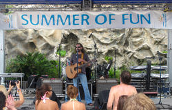 Bo Bice - Spinnakers Concert. Bo Bice speaks to the enthusiastic crowd at the Spinnaker's Summer of Fun free concert to support the local people and businesses Stock Images