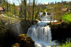 Bo bland vattenfallen Royaltyfri Foto
